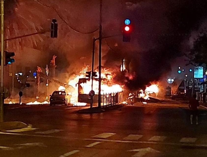احتراق حافلة في تل أبيب سقط عليها صاروخ