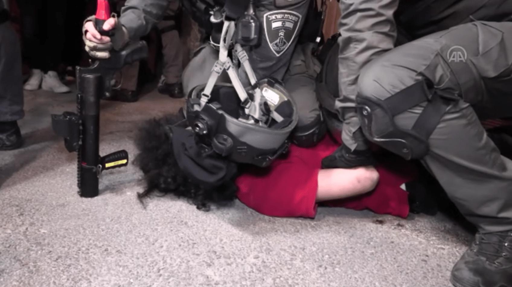 (ولك خنقتني) قوات الاحتلال تعتقل مقدسياً على طريقة جورج فلويد في الشيخ جراح
