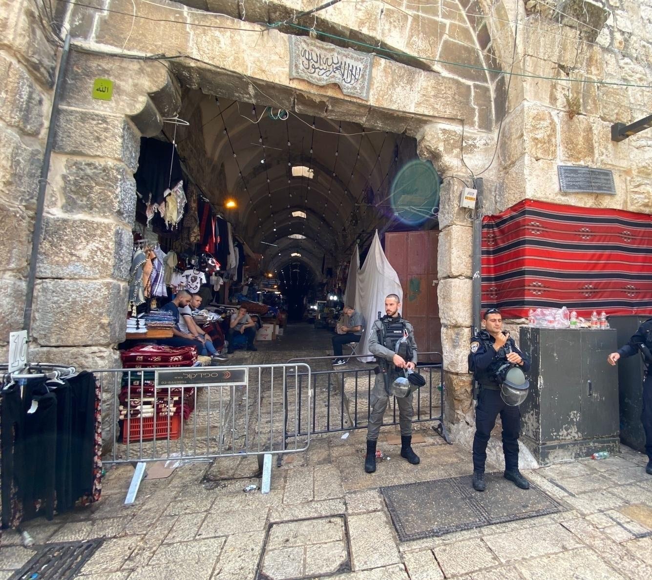 الاحتلال ينسحب جزئياً من المسجد الأقصى بعد فشله في طرد المصلين (فيديو)