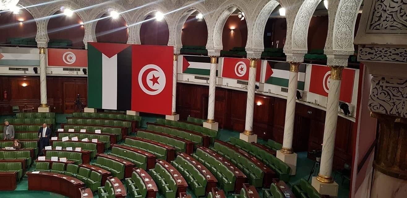 (الشعب يريد تحرير فلسطين) تونسيون غاضبون يحاولون اقتحام البرلمان (فيديو)