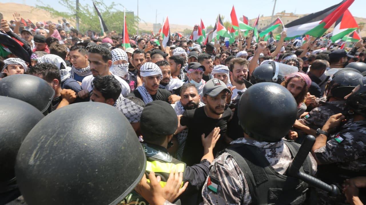 (مش بايدي انا زيي زيك).. الجيش الأردني يطلق النار لتفريق الغاضبين لحظة وصولهم حدود فلسطين (فيديو)