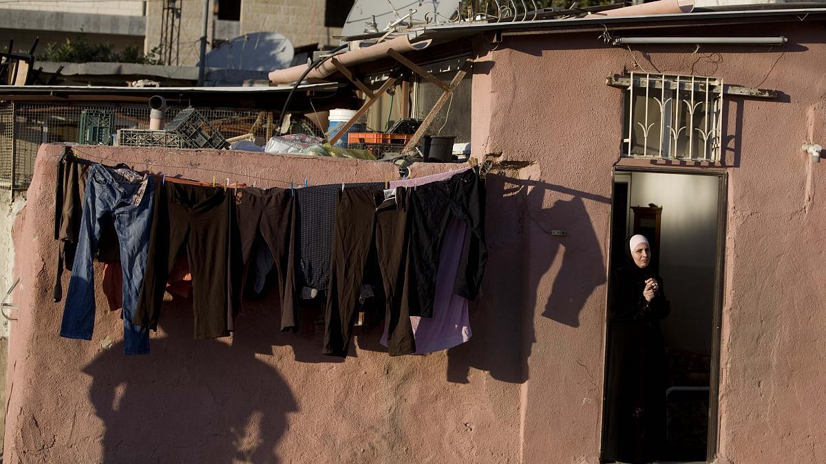 انقذوا الشيخ جراح.. (شاهد) ماذا يجري في الحي المقدسي الذي لم تسلم حتى النساء فيه من بطش الاحتلال