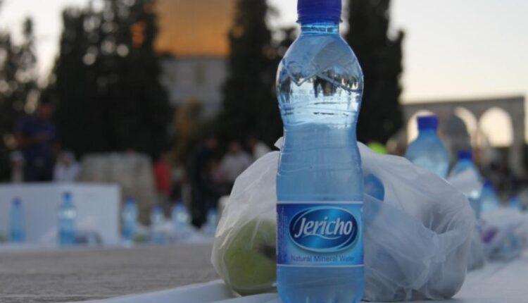 المصلون يرفضون وجبات الإفطار الإماراتية ويلقون بها في القمامة
