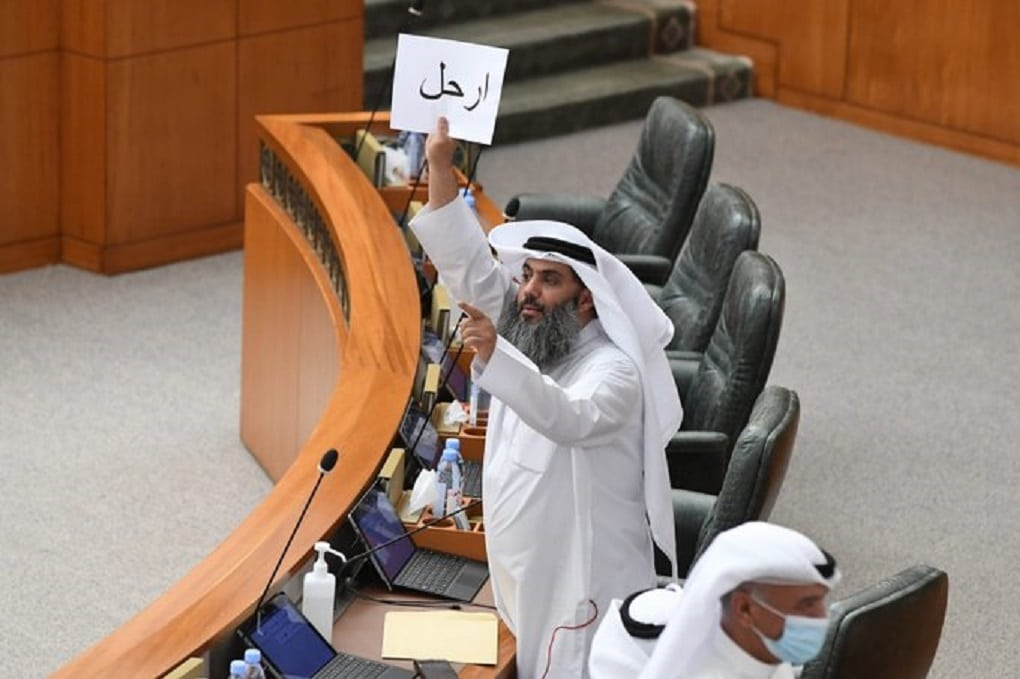 """ما سر لافتة """"ارحل"""" التي رفعت في البرلمان الكويتي وأثارت ضجة واسعة"""