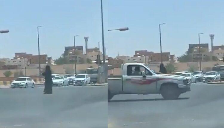 امرأة سعودية تنظم حركة السير