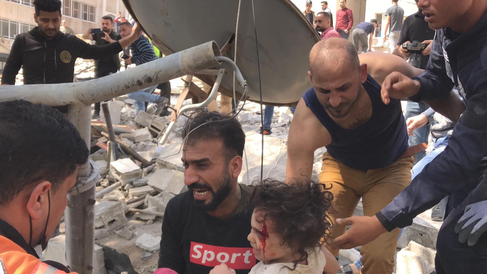 انتشال طفلة على قيد الحياة من تحت الركام في حي الرمال بمدينة غزة