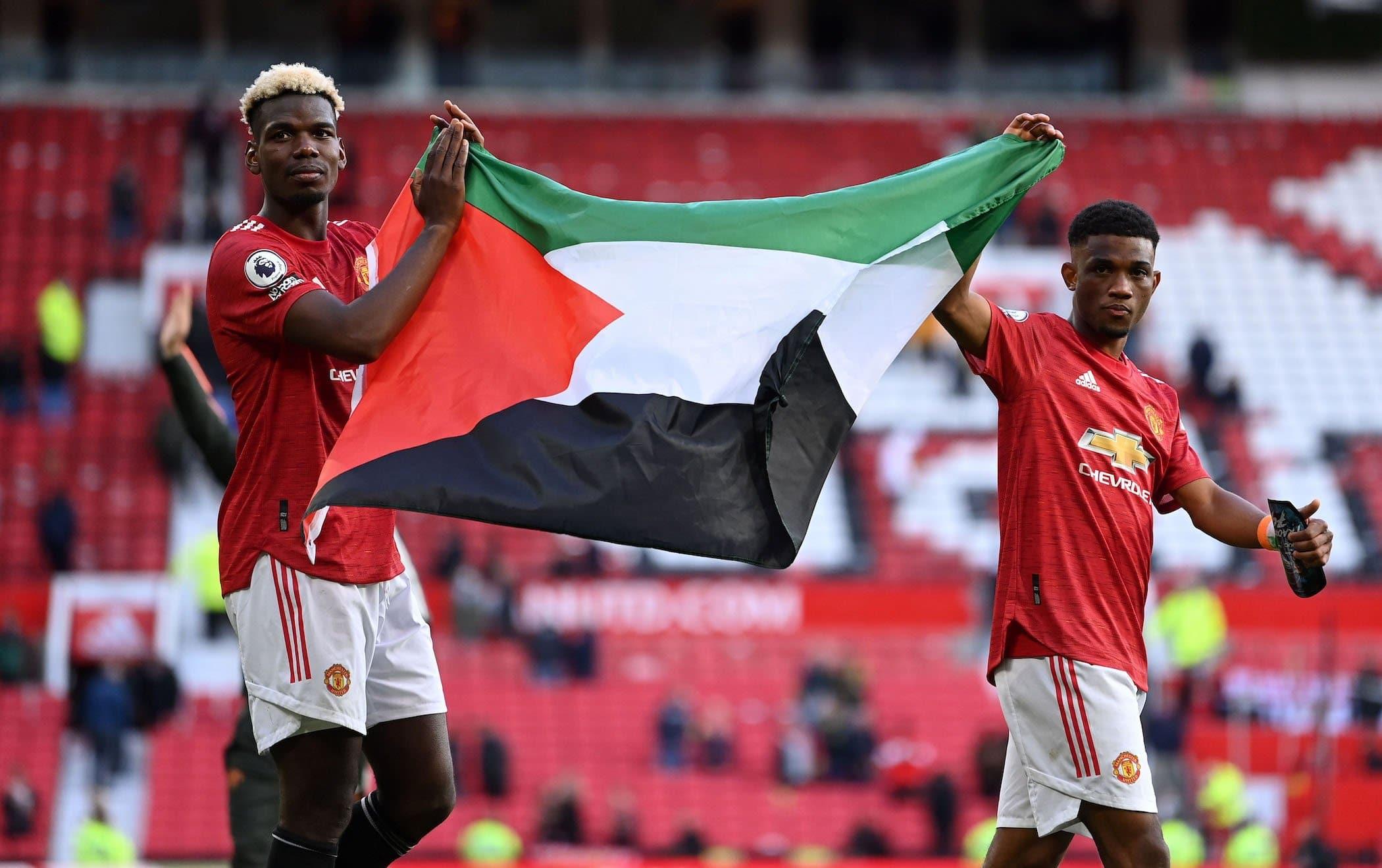 بوغبا وتراوري يرفعان العلم الفلسطيني داخل معقل مانشستر يونايتد تضامنًا مع فلسطين