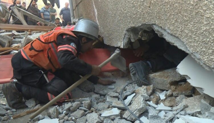 رجال الدفاع المدني يحاولون البحث عن ناجين تحت انقاض المنازل المدمرة في غزة