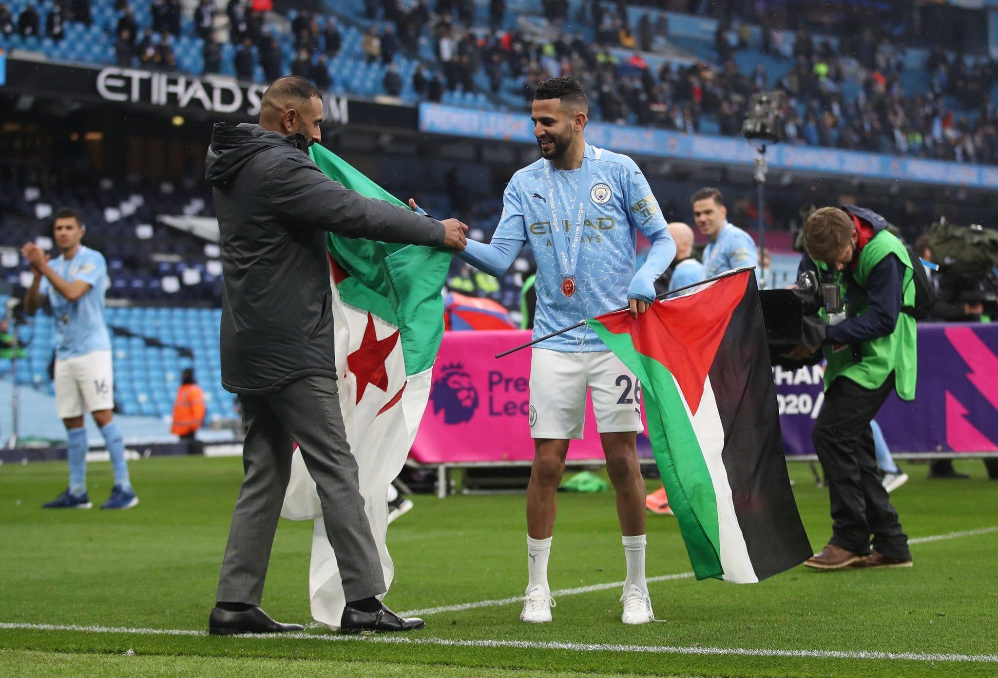 بالفيديو: رياض محرز يرفع العلم الفلسطيني في احتفالات مانشستر سيتي