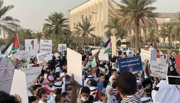 كويتيون يحرقون علم اسرائيل في ساحة الإرادة