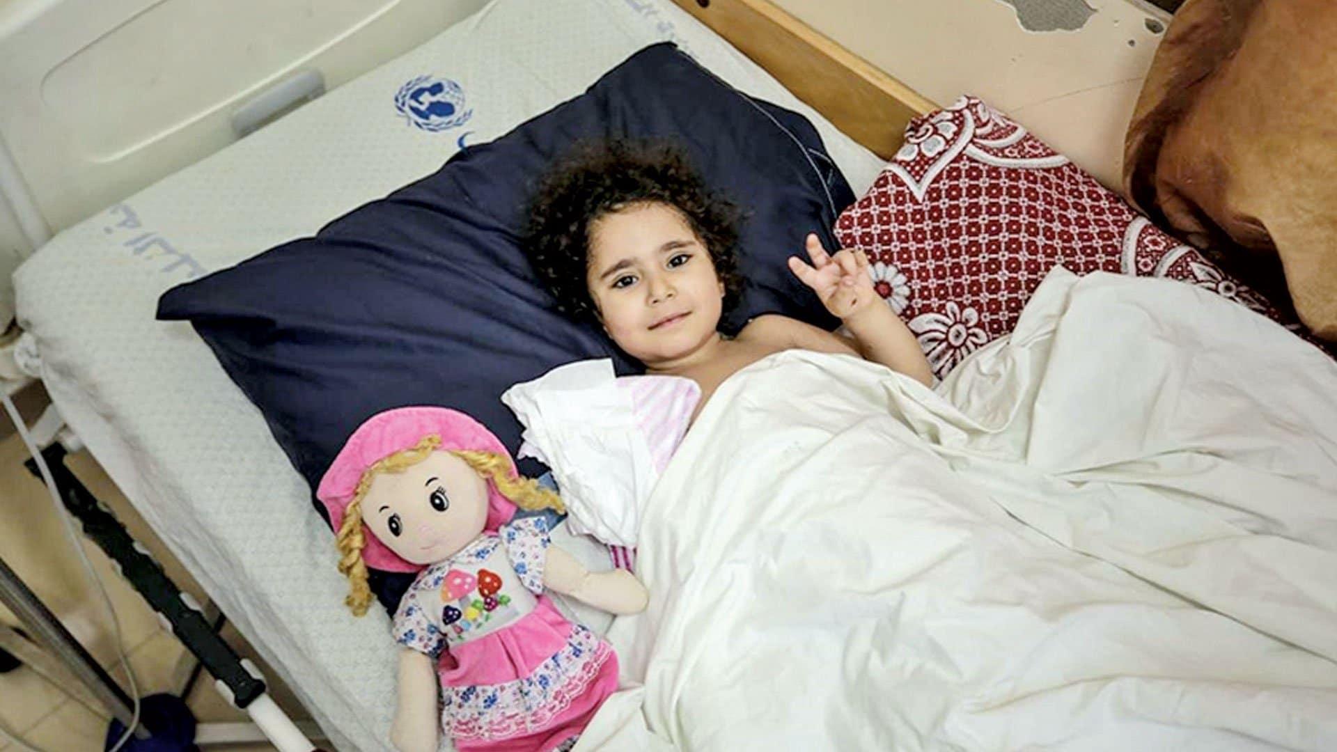 سارة المتربيعي.. طفلة فلسطينية تشعل العالم حزناً بعد إصابتها بصاروخ إسرائيلي (فيديو)