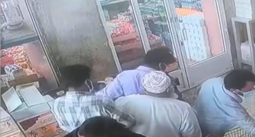 وافدون يسرقون مسناً في سلطنة عمان