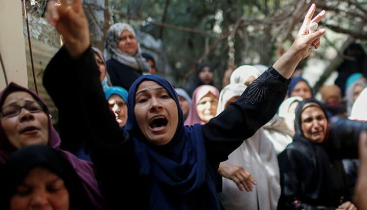 عائلات فلسطينية تودع أبنائها الشهداء في قصف غزة بعد فشل التهدئة
