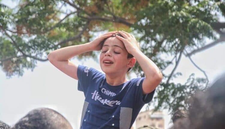 طفل فلسطيني يبكي على رحيل والده