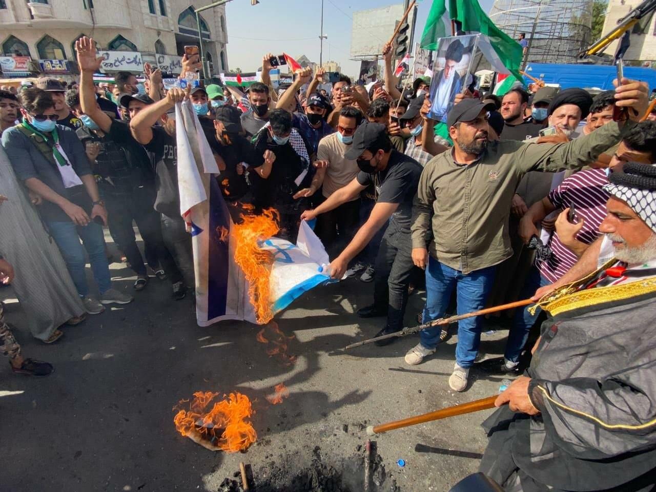 عراقيون يحرقون علم اسرائيل نصرة لفلسطين