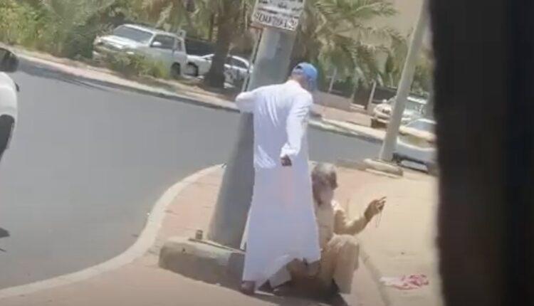 كويتي يعتدي على وافد مسن