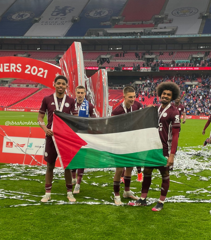 العلم الفلسطيني حاضر في احتفالات ليستر سيتي