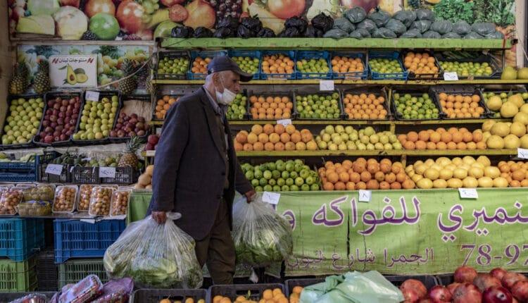 المواطنون في لبنان يعانون من صعوبة توفير الطعام لاطفالهم