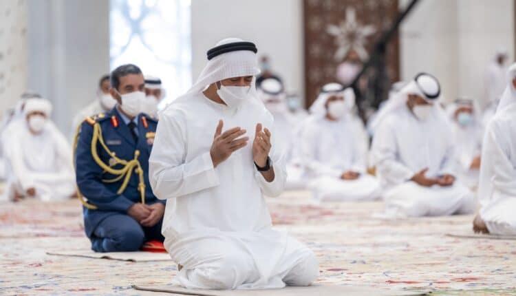 محمد بن زايد خلال صلاة العيد في مسجد الشيخ زايد