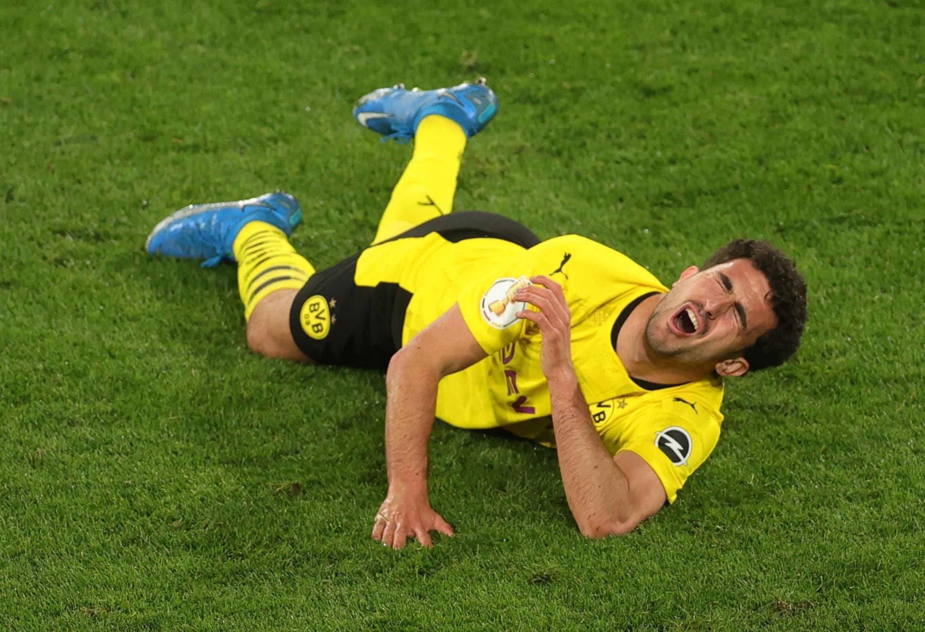 """""""شاهد"""" أثناء اعتراضه الكرة .. مدافع دورتموند الألماني يتعرض لإصابة مروعة وقاسية"""