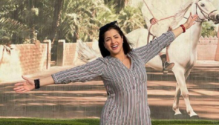 منى فاروق وصورة الشيخة زايد