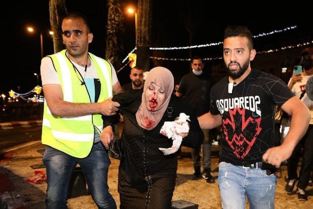 القدس تنتفض والأقصى يشتعل.. مواجهات عنيفة في باب العامود تزامناً مع احياء ليلة القدر