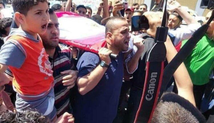 نجل الشهيد يوسف أبو حسين يقود جنازة والده