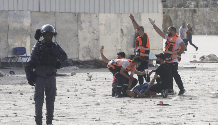 نقل إصابة خلال اقتحام الإحتلال المسجد الأقصى