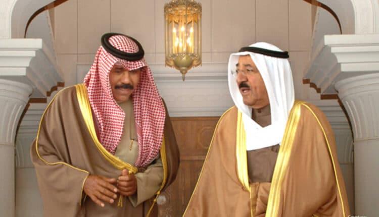 أمير الكويت نواف الأحمد إلى جانب الراحل صباح الأحمد