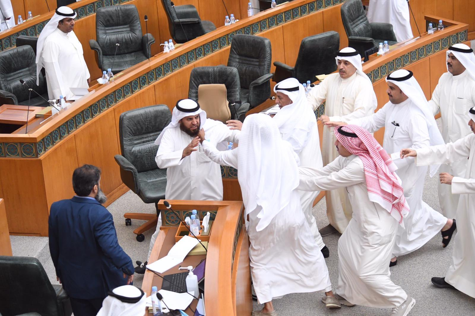اشتباك بالأيدي بين نواب البرلمان الكويتي بسبب ميزانية الوزارات (شاهد)