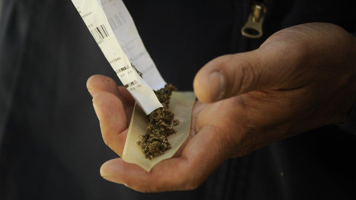 تاجر مخدرات مصري يحث المواطنين على شراء الحشيش