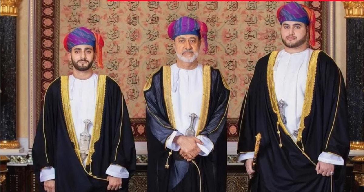 بلعرب بن هيثم إلى جانب والده السلطان هيثم وشقيقه ذي يزن