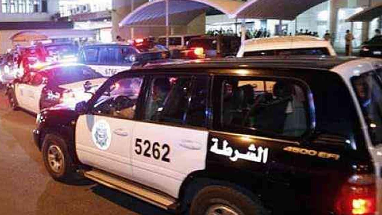 فتاة شقراء بحفلة ماجنة في الكويت تظهر وهي تحتسي مشروبا أشبه بالدم