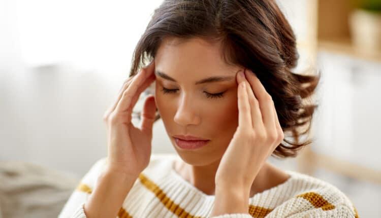 الصداع والتهاب الحلق هما الآن أكثر أعراض كورونا شيوعًا