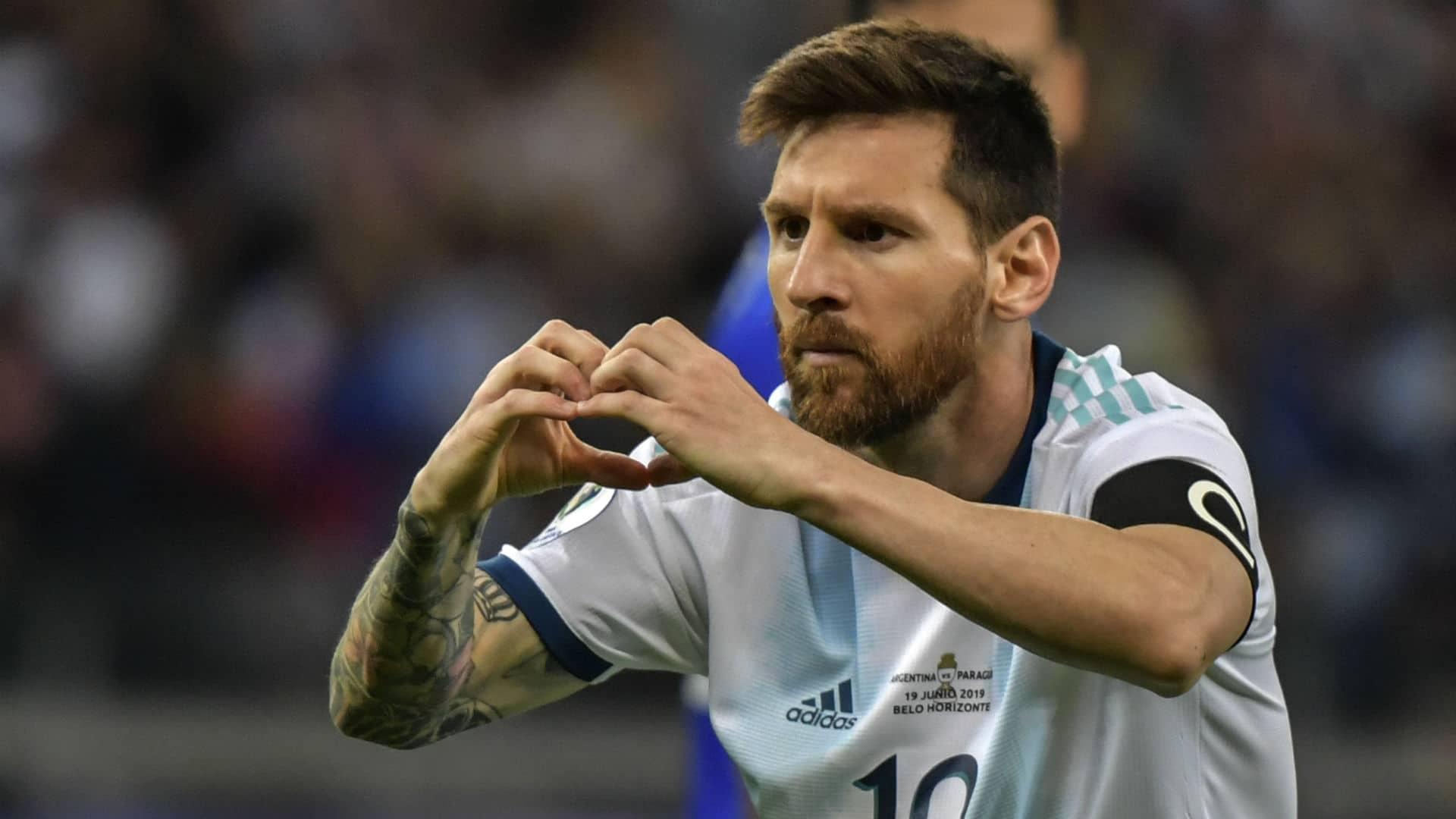 """"""" شاهد"""" مشجع برازيلي يبهر ميسي بوشمه الغريب والأخير يعلق عليه"""