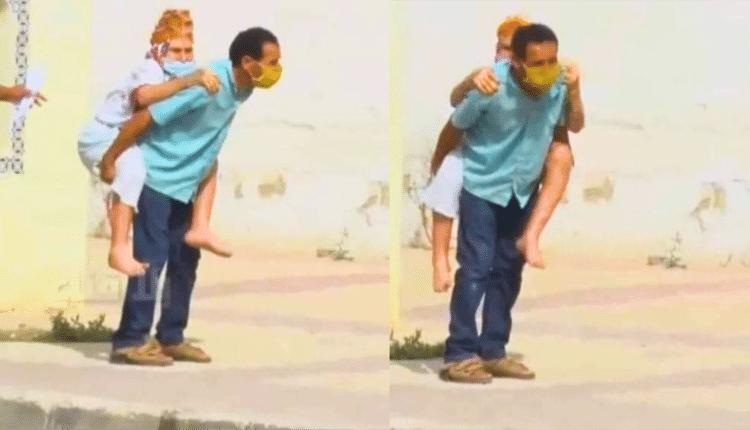 تونسي يحمل والدته المريضة على ظهره