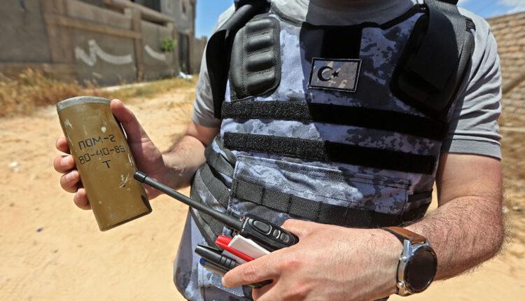 خبراء متفجرات في طرابلس يفككون ألغام فاغنر