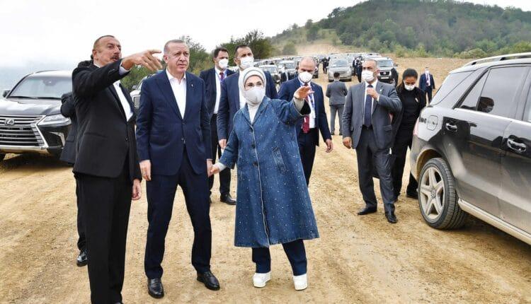 زوجة أردوغان خلال زيارتها المناطق المحررة في قرة باغ