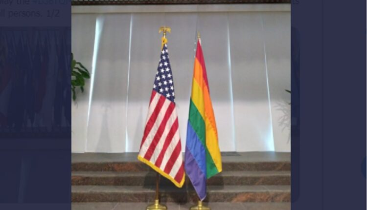 سفارة أمريكا ترفع علم المثليين