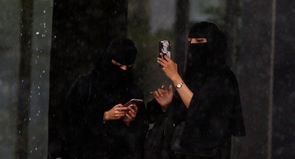مشهورة في السعودية تُضبط برفقة شاب في وضع مخل بمدينة جدة!