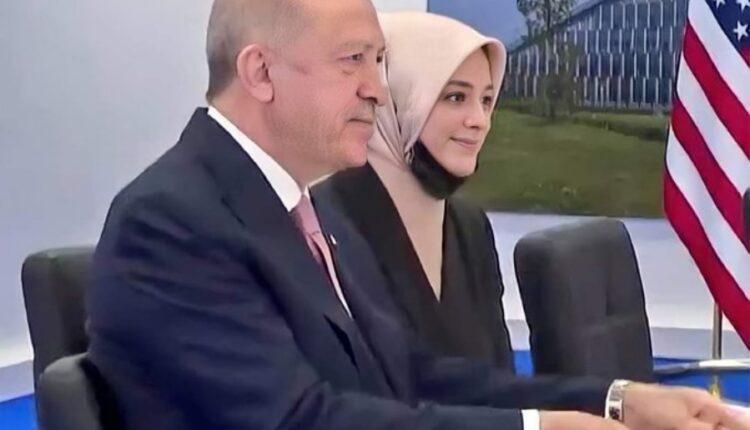 فاطمة قاوقجي المترجمة المحجبة مع أردوغان خلال لقاء بايدن