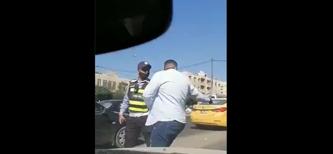 فتى الزرقاء صالح يثير الجدل بتصرفه مع شرطي مرور حاول منعه من تجاوز المركبات! (فيديو)