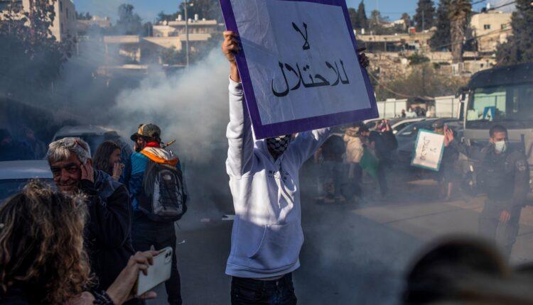 فلسطينيون غاضبون من تصرفات الاحتلال- إسرائيل