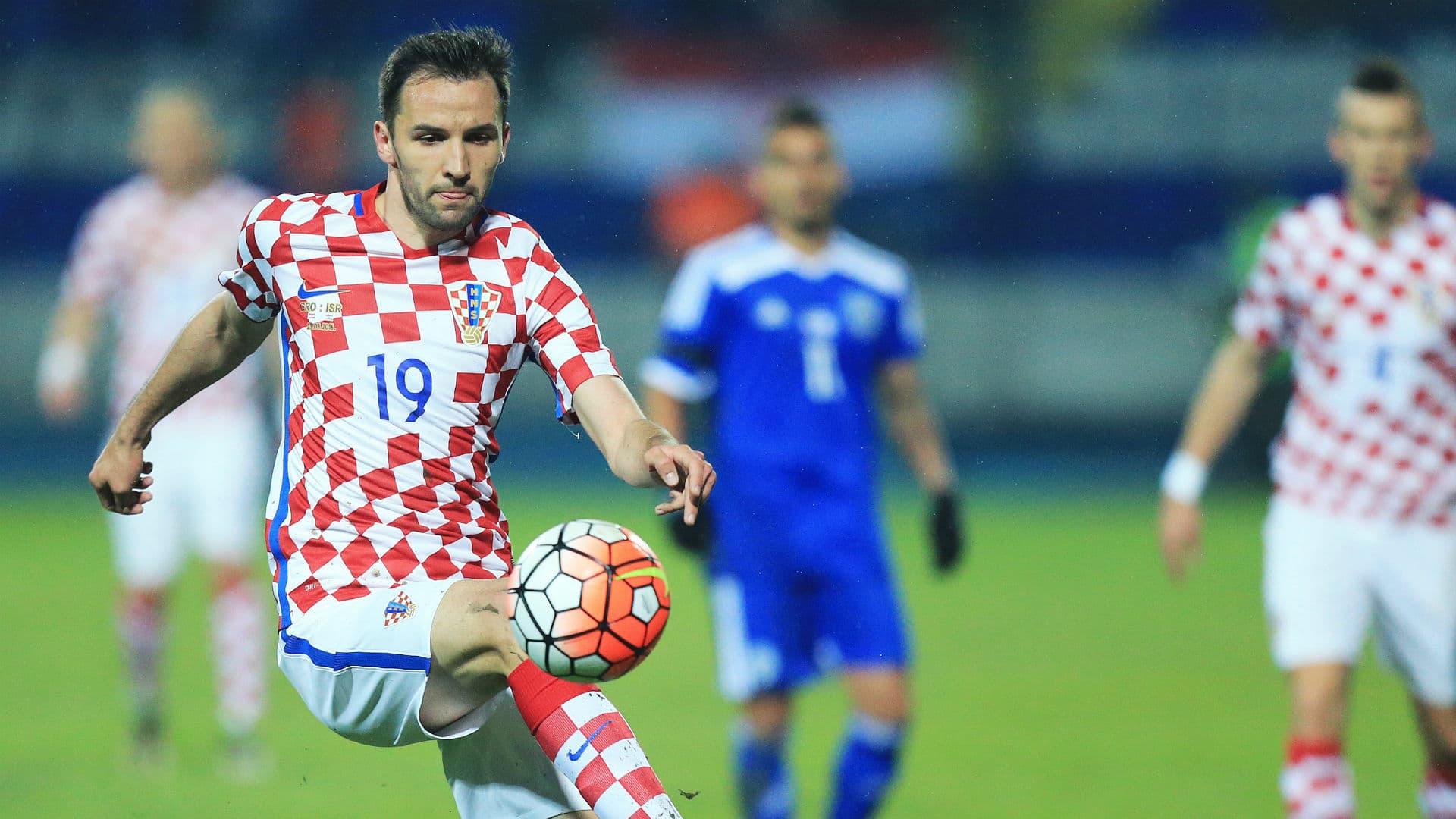 لاعب كرواتيا يخلع ملابسه داخل الملعب من أجل جمهوره في اليورو (صور)