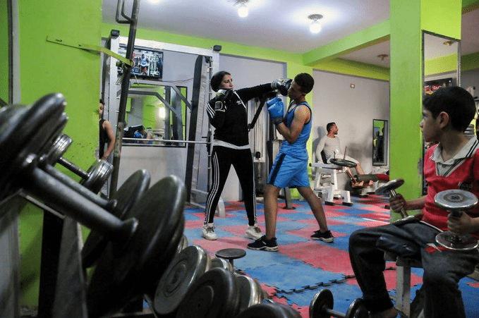 """""""شاهد"""" امرأة تدرب الرجال رياضة الملاكمة في أحد الأرياف المصرية"""