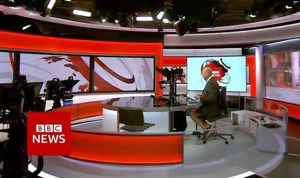 مذيع BBC يُثير الجدل خلال نشرة أخبار مهمة بسبب ملابسه