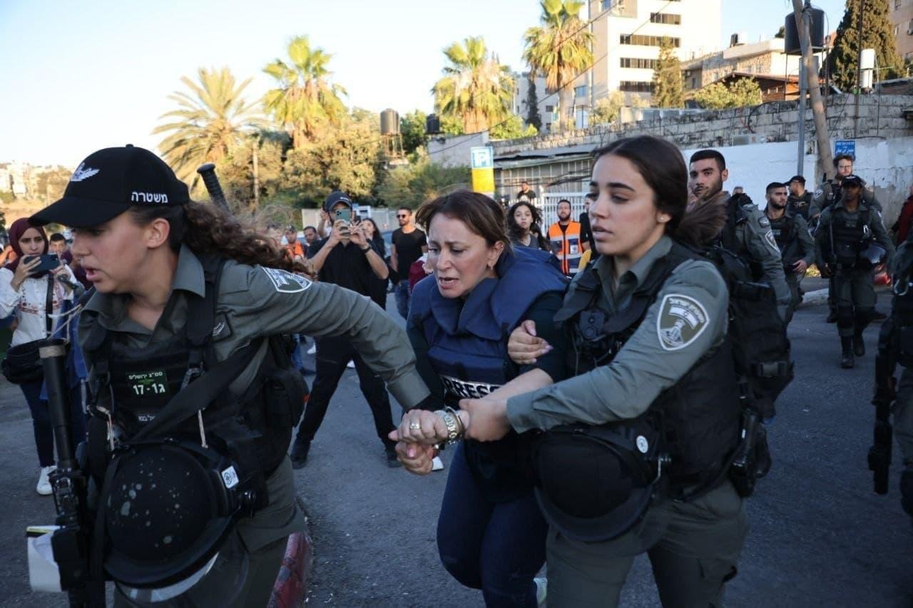 قوات الاحتلال تعتدي على جيفارا البديري مراسلة الجزيرة وتعتقلها في القدس (فيديو)
