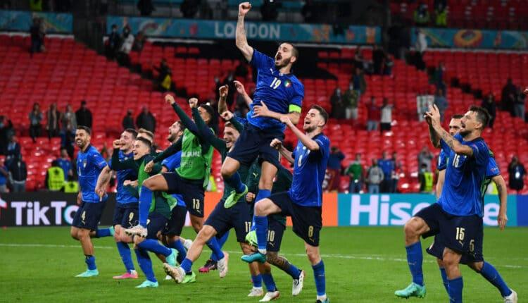 احتفال منتخب إيطاليا بعد الفوز على النمسا والتأهل إلى الربع النهائي من اليورو
