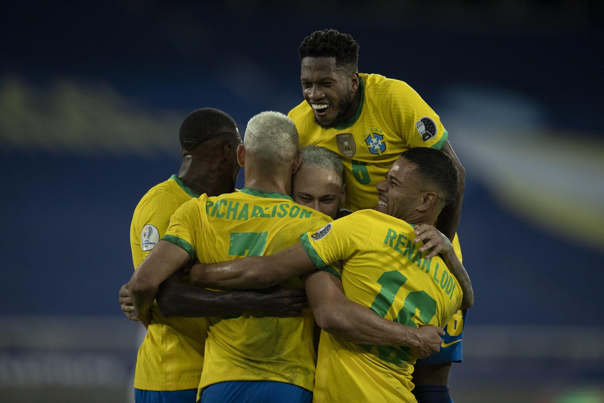 نجوم منتخب البرازيل أثناء احتفالهم بتسجيل هدف نيمار