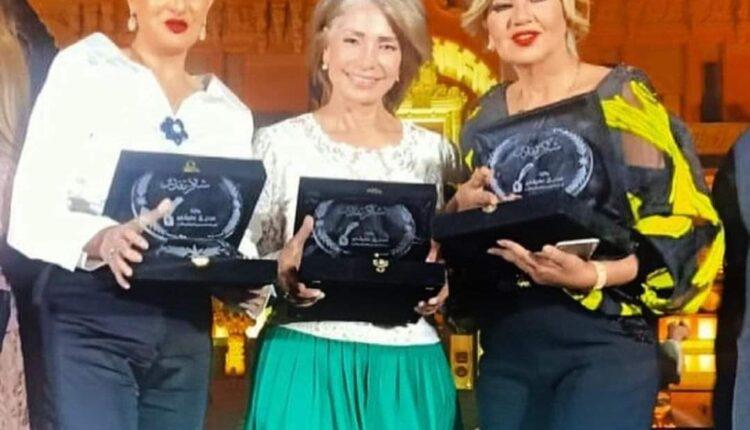 منح غادة عبدالرازق جائزة الادب والابداع
